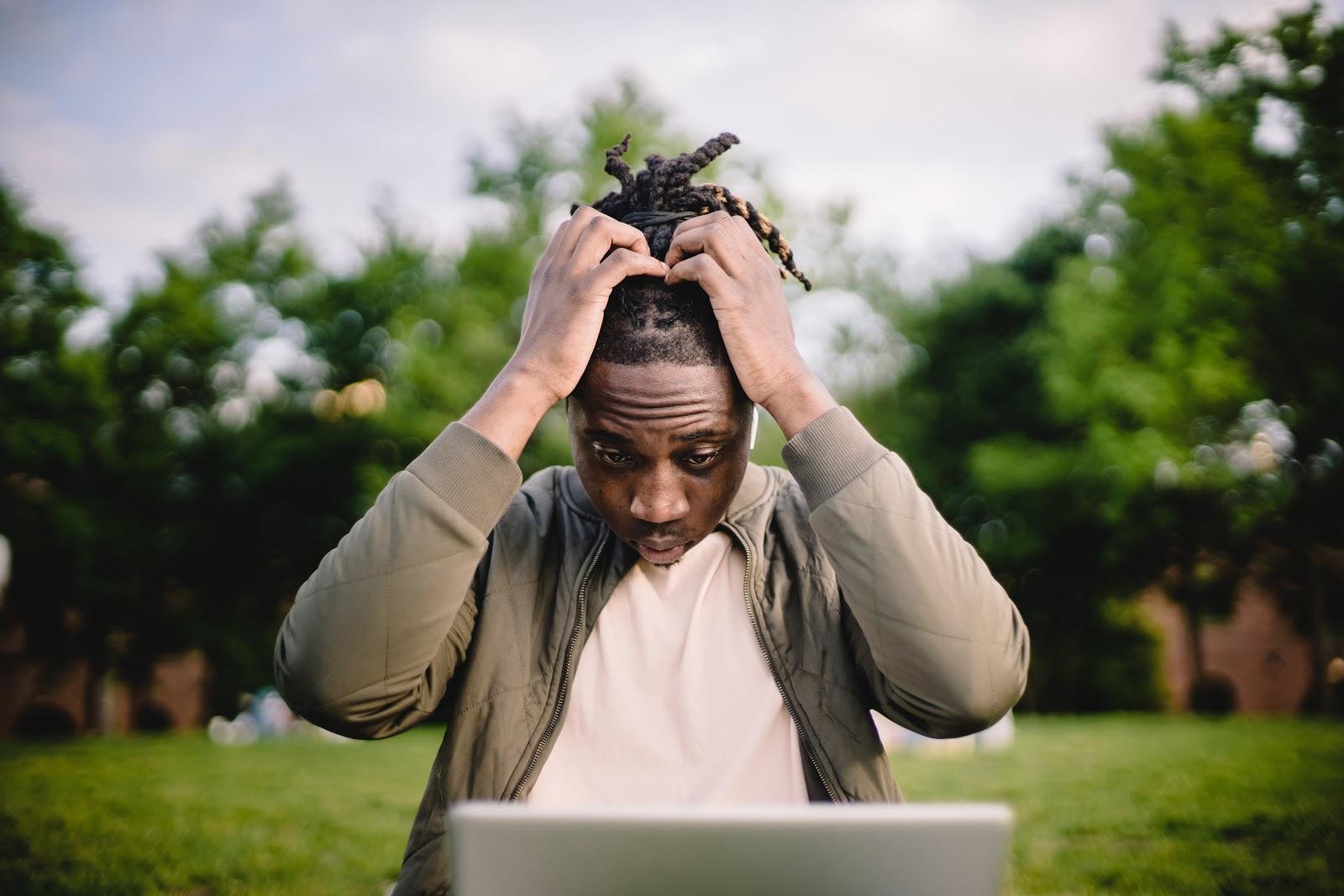 Um homem apreensivo com algo no computador.
