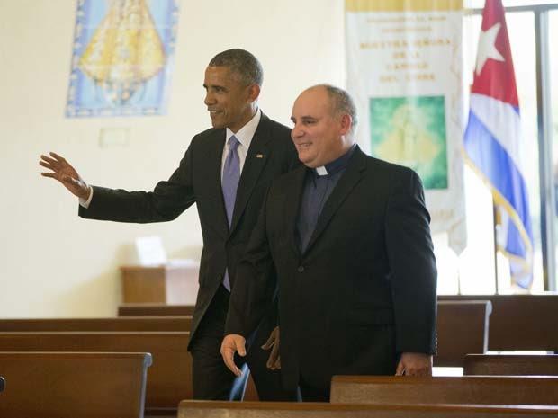 O presidente Brack Obama conversa com o padre Juan Rumin Dominguez durante visita desta quinta-feira (28) a igreja da comunidade cubana em Miami (Foto: AP Photo/Pablo Martinez Monsivais)