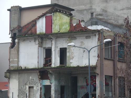 Mezza casa in decostruzione... by Ylbert Durishti