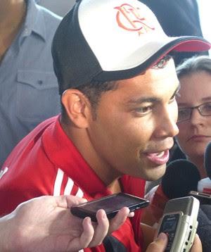 Andre Santos Desembarque Flamengo (Foto: Globoesporte.com)