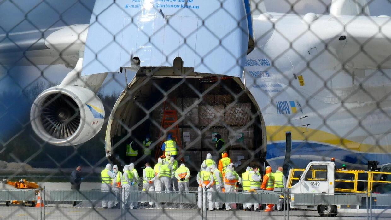 Bốc dỡ hàng từ chiếc máy bay vận tải chở 7 triệu khẩu trang và nhiều trang bị bảo hộ từ Trung Quốc đến Vacxava, Ba Lan ngày 14/04/2020.