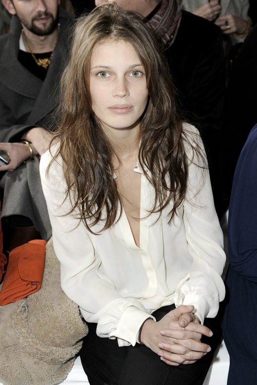 LE FASHION MODEL CRUSH MARINE VACTH FRONT ROW CHLOE FW 2011 LONG HAIR WAVY MESSY FRENCH STYLE WHITE BLOUSE SHIRT BLACK PANTS NUDE NAILS CLASSIC FRENCH STYLE PARISIAN EFFORTLESS NO FUSS NATURAL BEAUTY FRECKLES 2 photo LEFASHIONMODELCRUSHMARINEVACTHFRONTROWCHLOEFW2011WHITEBLOUSE2.png