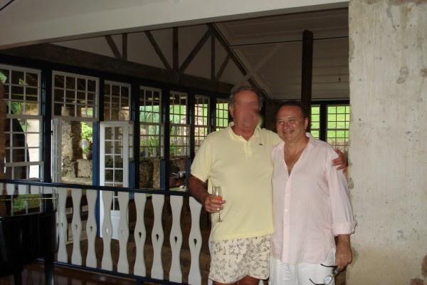 Filgueiras (à dir.) com um convidado de sua mansão em Paraty