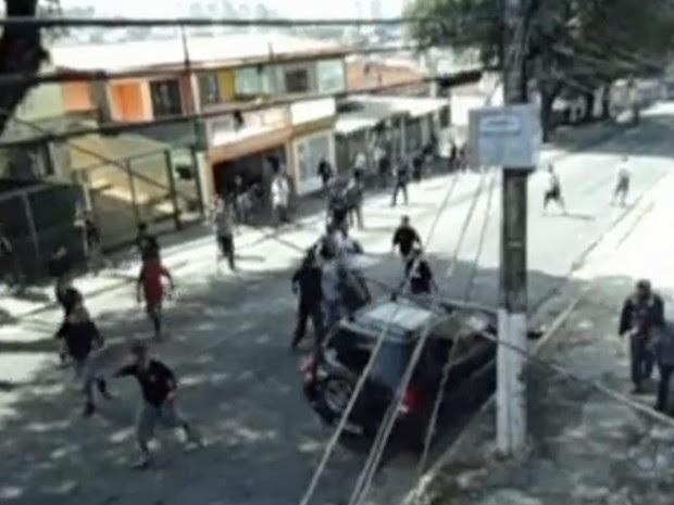 Briga entre torcidas aconteceu em avenida da Zona Norte de São Paulo em 2012 (Foto: TV Globo/Reprodução)