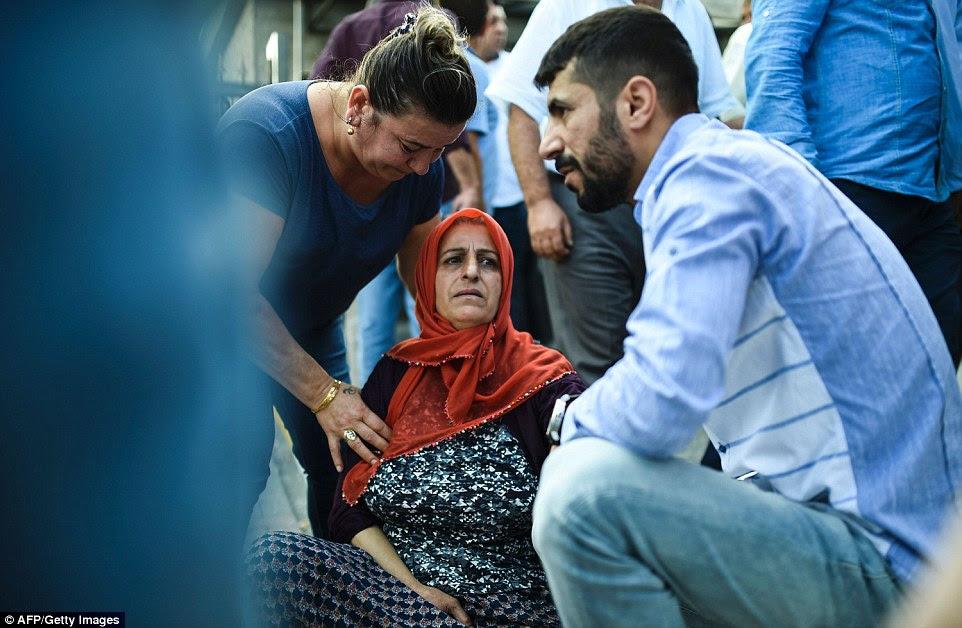 Uma mãe que perdeu um de seus filhos no ataque tem que ser ajudado a partir do solo fora de um edifício medicina forense para perto do aeroporto de Istambul