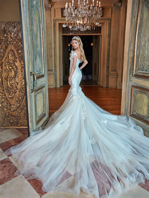 Dramatic Wedding Dresses To WOW Your Guests!   CHWV