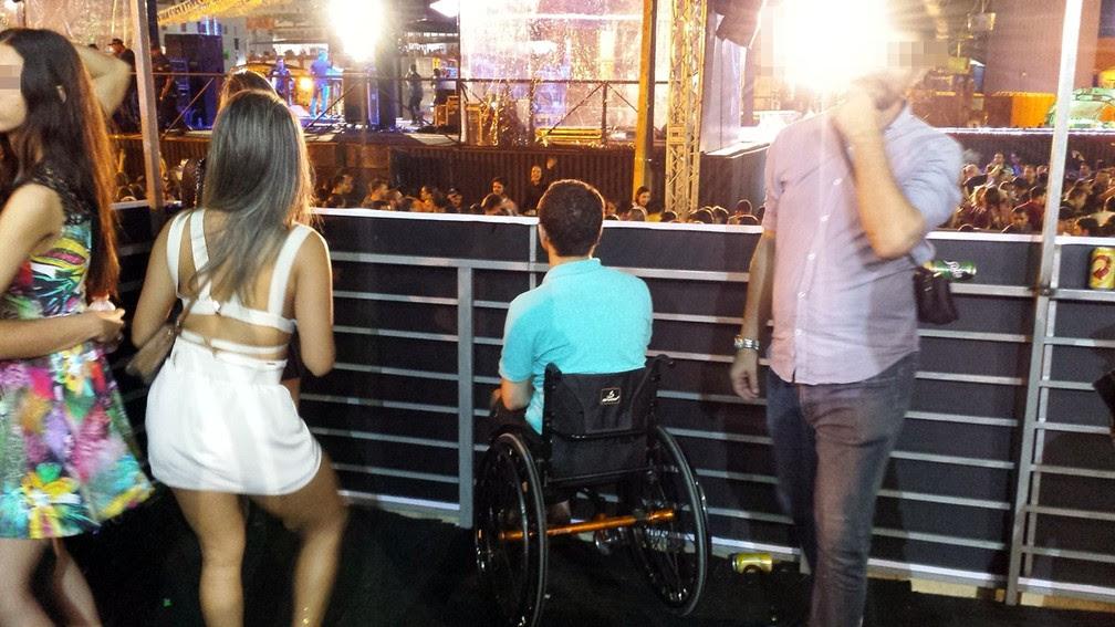 Paulo precisou pedir licença às pessoas sem deficiência para ter espaço para ver show no camarote da acessibilidade (Foto: Artur Lira/G1)