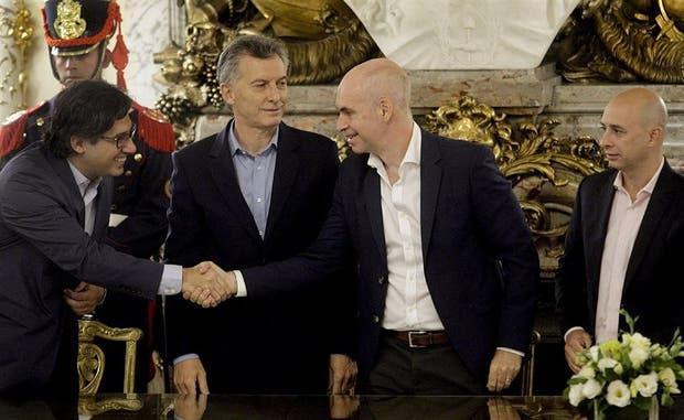 El ministro Garavano saluda a Rodríguez Larreta, ante la mirada del presidente Macri y del ministro Ocampo