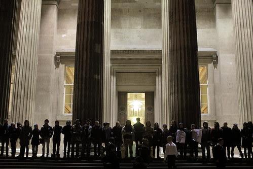 英国留学生挽起手臂保卫埃及国家博物馆