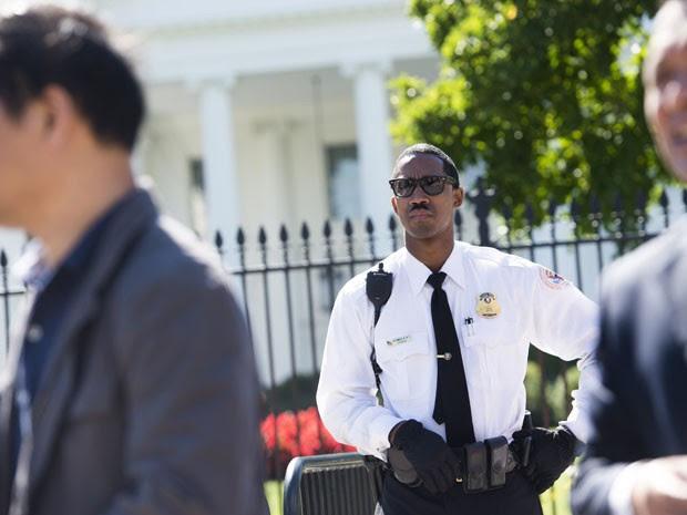 Membro do Serviço Secreto vigia a entrada da Casa Branca, em Washington, na segunda-feira (22) (Foto: AFP Photo/Saul Loeb)