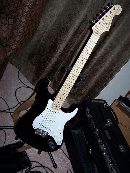 Ficheiro:Black fender stratocaster.JPG