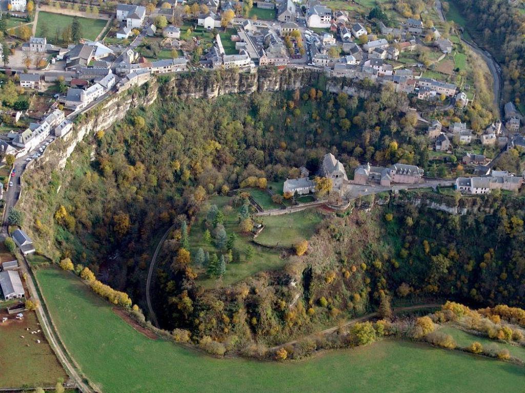 Bozouls: Uma cidade francesa empoleirada acima de um buraco 01