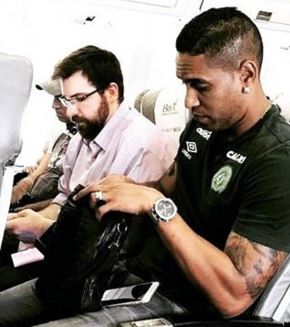 A foto postada em um site de fãs mostraram ex-jogador do Atlético de Madrid Cleber Santana, 35, em um avião antes que ele foi morto no acidente