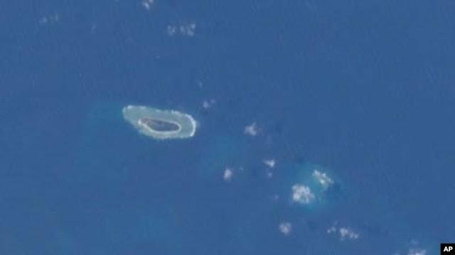 Ảnh đảo Ba Bình chụp từ Trạm không gian Quốc tế. Ba Bình là hòn đảo lớn nhất thuộc quần đảo Trường Sa, nằm cách Cao Hùng phía Nam Đài Loan chừng 1600 cây số về hướng Tây Nam.