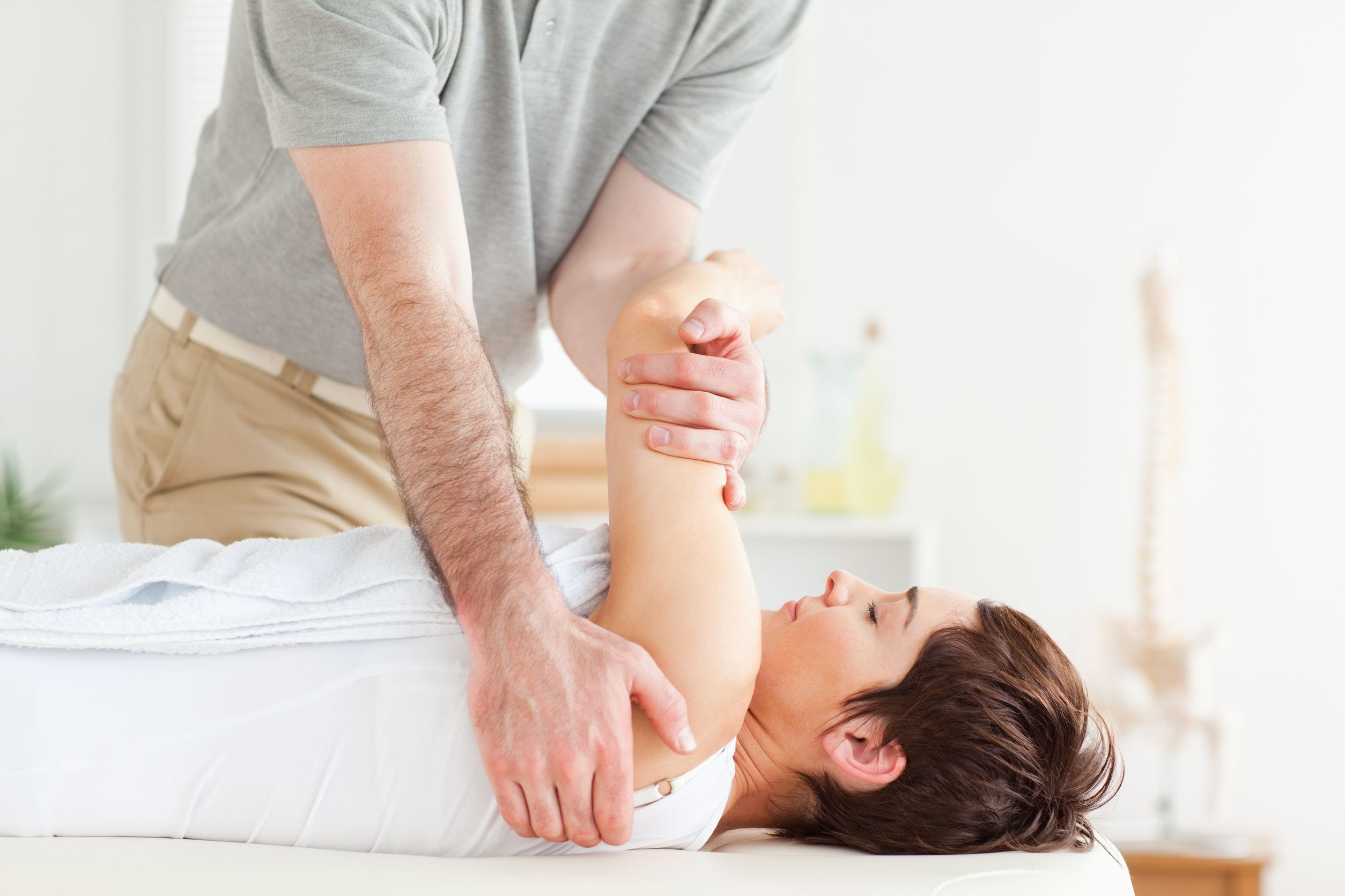 How A Seattle Chiropractor Alleviates Headaches Naturally With Chiropractic Services