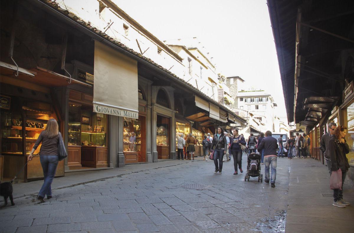 Ponte Vecchio: A Ponte Medieval cheia de lojas em Florença, Itália 09