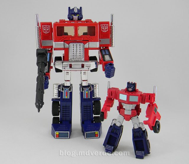 Transformers Optimus Prime Reveal the Shield Legends - modo robot vs G1