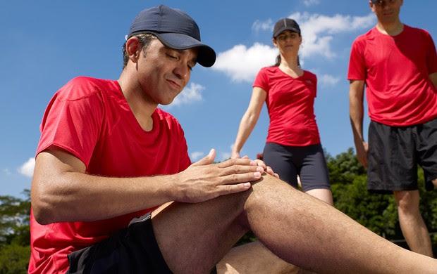 Homem com dor no joelho (Foto: Getty Images)