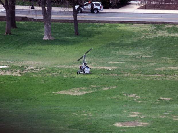 Pequeno helicóptero é visto no gramado do Capitólio, sede do Legislativo dos EUA, nesta quarta-feira (15) (Foto: Lauren Victoria Burke/AP Photo)
