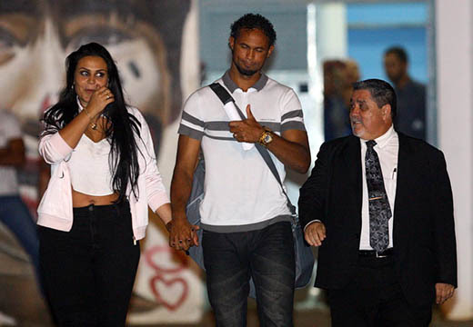 Goleiro Bruno sai da Apac ao lado da mulher e do advogado | Foto: Flávio Tavares/Hoje Em Dia/Estadão Conteúdo/Divulgação