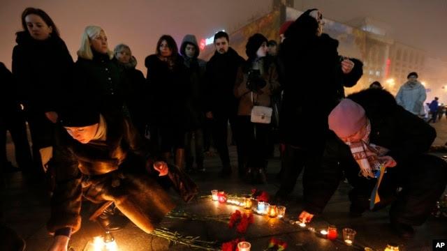 Người dân thắp nến trên Quảng trường Độc lập ở Kiev tưởng niệm những nạn nhân trong vụ tấn công bằng rốc-két ở thành phố Mariupol, ngày 24 tháng 1, 2015.