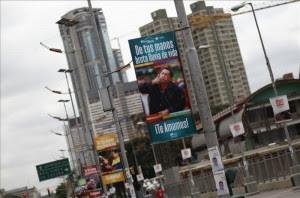 Vista de un cartel de apoyo al presidente venezolano, Hugo Chávez, en el centro de Caracas este sábado 9 de febrero de 2013. EFE