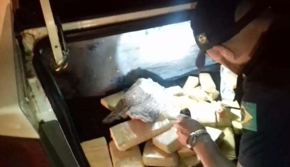 Droga estava escondida em fundos falsos de veículos (Foto: PRF/Divulgação)