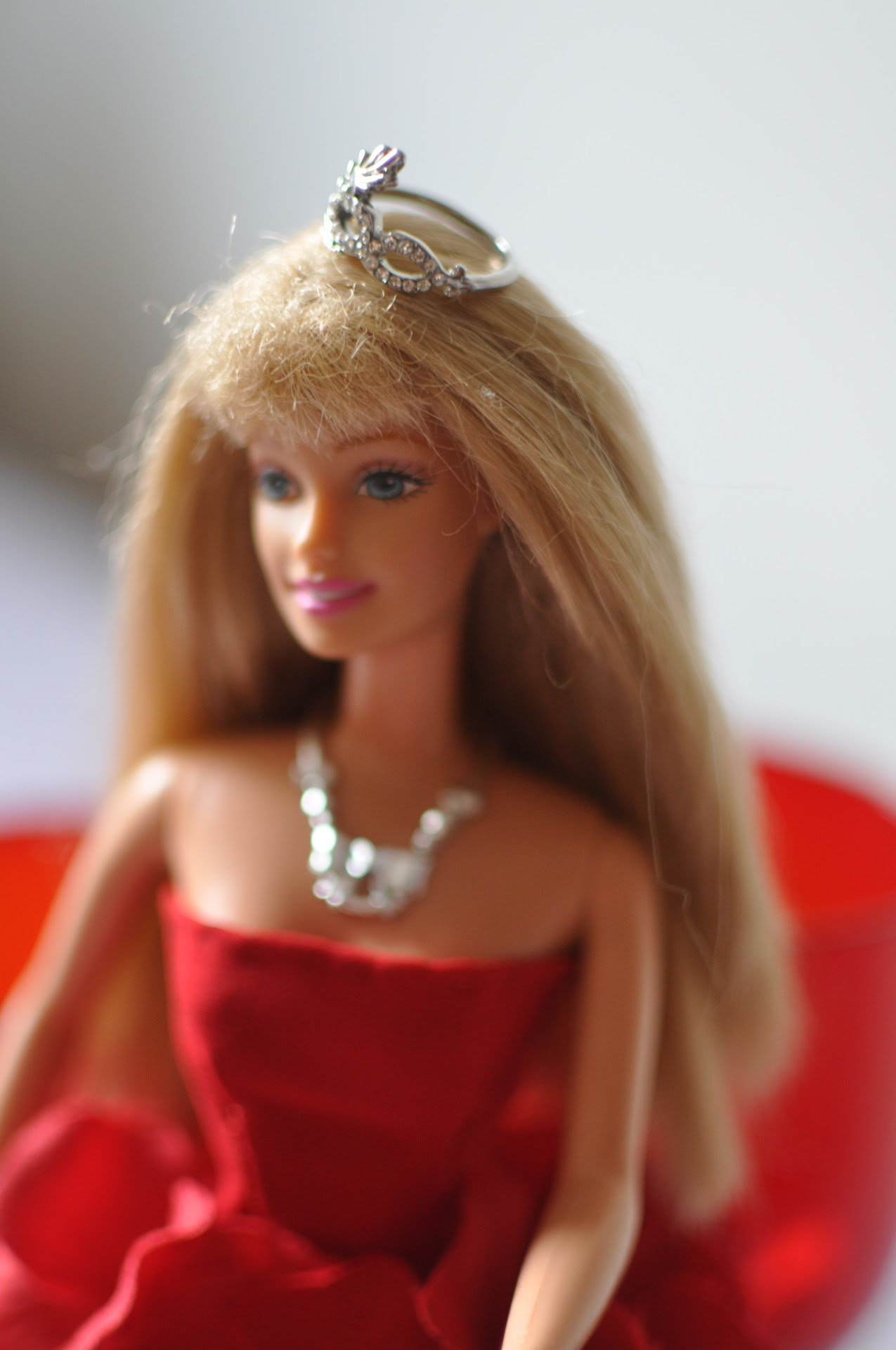 Close up da Barbie de vermelho