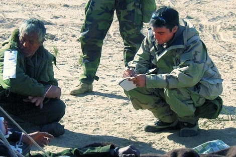 Julio A. Parrado entrevista a un preso iraquí, durante la guerra de Irak. | E. M.