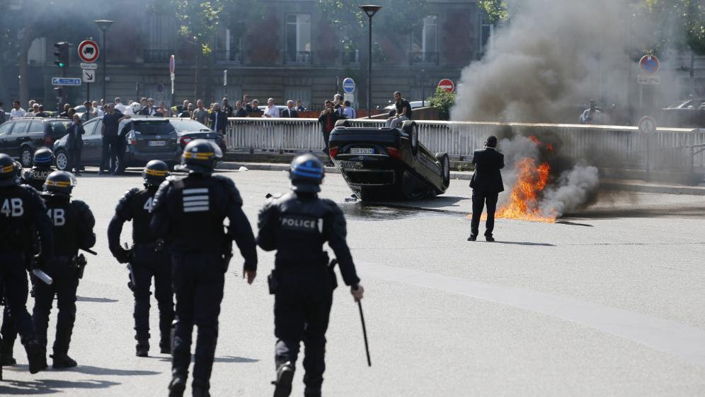 Des CRS interviennent face aux chauffeurs de taxi qui manifestent, porte Maillot, à Paris, le 25 juin 2015.