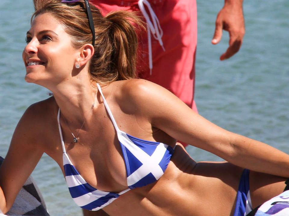 Maria-Menounos-Looking-Hot-in-a-Greek-Flag-Bikini-kanoni-tv-08
