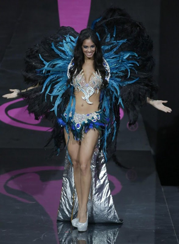 Guadalupe González vistiendo traje típico en el Miss Universo 2013 (Guadalupe Gonzalez wearing Typical Costume in the Miss Universe 2013)