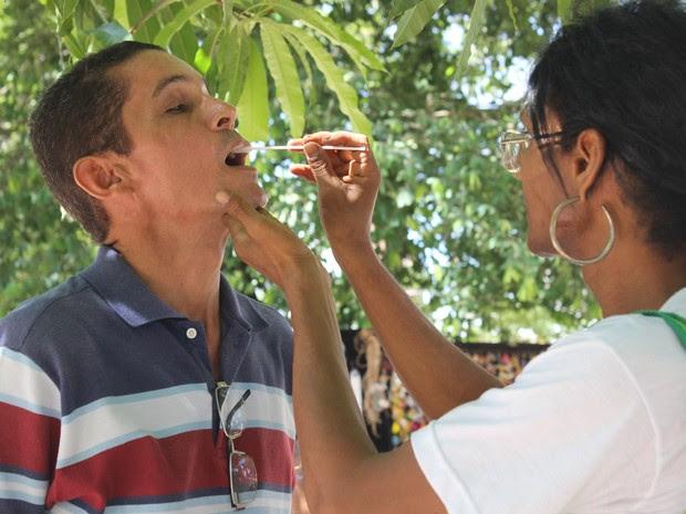 ONG ofereceu teste rápido do HIV durante ato no Centro de Teresina (Foto: Catarina Costa / G1)