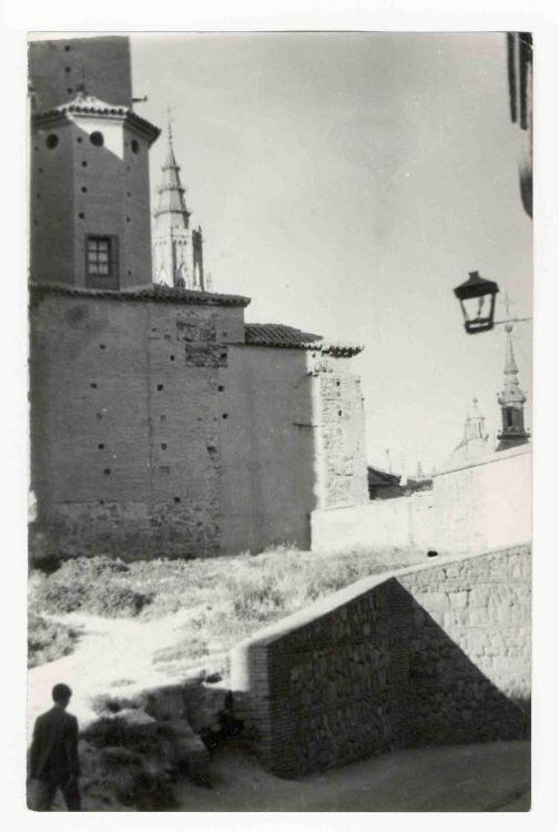 Calle del Salvador (antigua Portería de la Trinidad o Cuesta de la Portería) hacia 1970. Colección Luis Alba. Ayuntamiento de Toledo