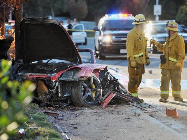 Bombeiros trabalham em Porsche destruído em acidente neste sábado em Valencia - Santa Clarita, Califórnia. (Foto: AP Photo/The Santa Clarita Valley Signal, Dan Watson)