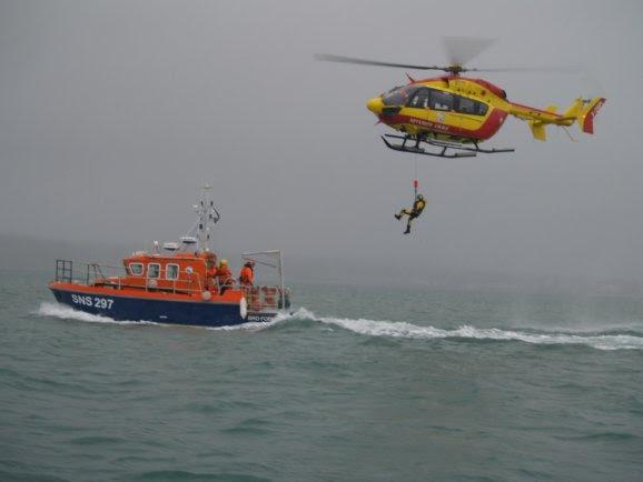 Sécurité civile et SNSM.  Exercice millimétré en baie de Concarneau
