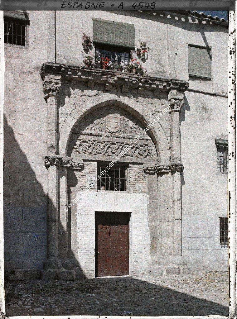 Portada del Palacio de los Toledo entre el 15 y el 17 de junio de 1914. Autocromo de Auguste Léon. © Musée Albert-Kahn - Département des Hauts-de-Seine