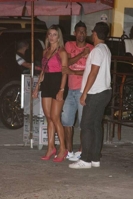 Leo Moura chega com a mulher, Camila, à boate People, na Barra