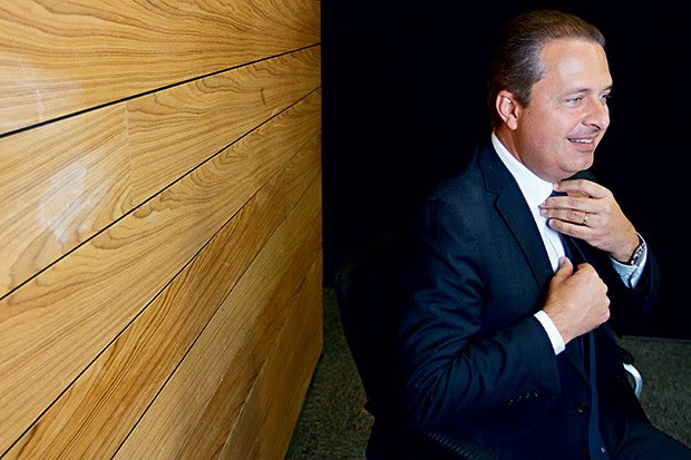 NA ESTRADA Eduardo Campos. Ele quer conquistar um eleitor que gosta de candidatos caseiros (Foto: Clemilson Campos/JC Imagem/Folhapress)