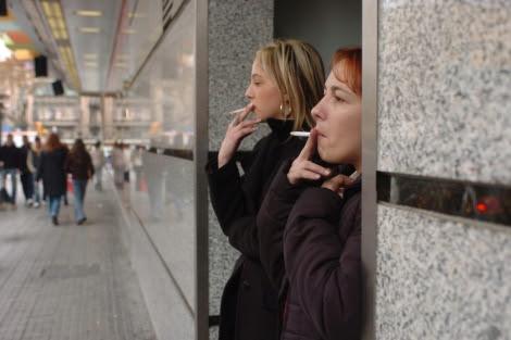 Fumadoras en el exterior de su centro de trabajo.   Cati Cladera