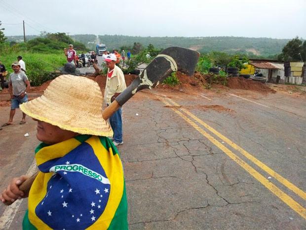 Grupo usou galhos de árvore, terra e pneus para bloquear a pista (Foto: Jorge Talmon/G1)