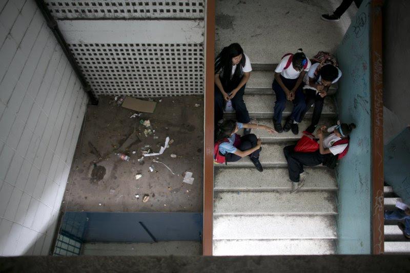委內瑞拉的學生們在樓梯間閒聊,因為她們的老師沒有出現。(美聯社)