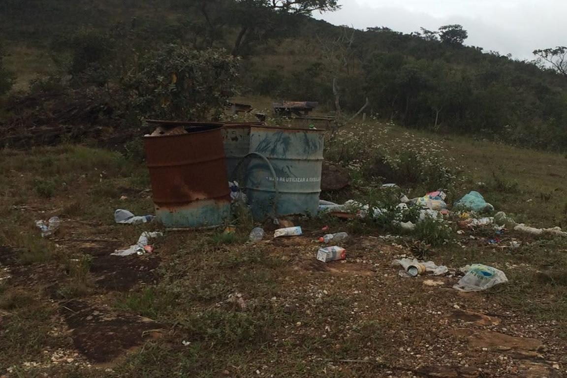 Floresta Estadual do Uaimií - Sacos plásticos, garrafas de refrigerantes, caixas de sucos espalhados. Foto: Amda/Facebook.