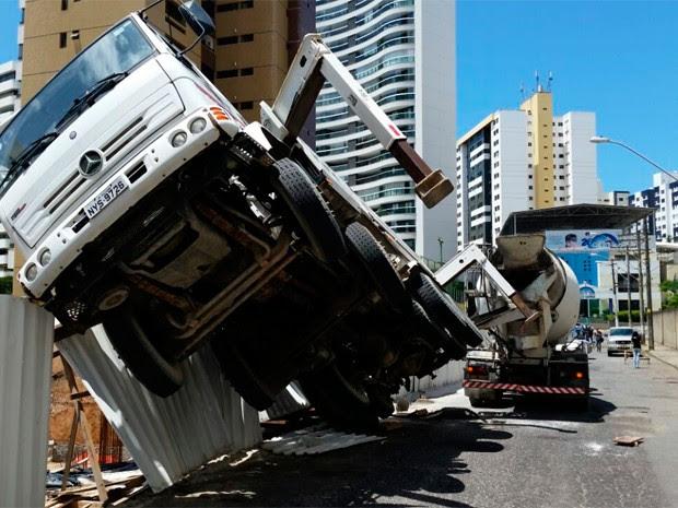 Acidente na Pituba (Foto: Genildo Lawinscky/TV Bahia)