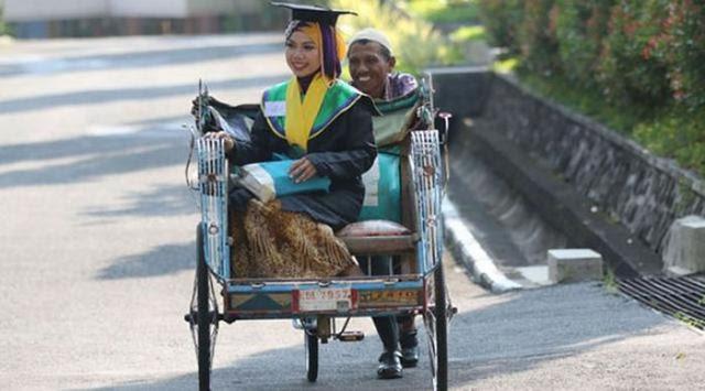 Masih Ingat dengan Raeni si Anak Tukang Becak yang Jadi Wisudawati Terbaik? Ada Kabar Baik Datang darinya