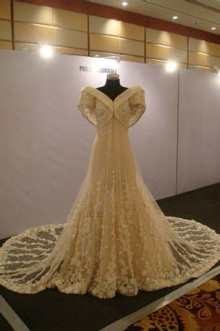 I think this is a gorgeous modern Filipiniana gown