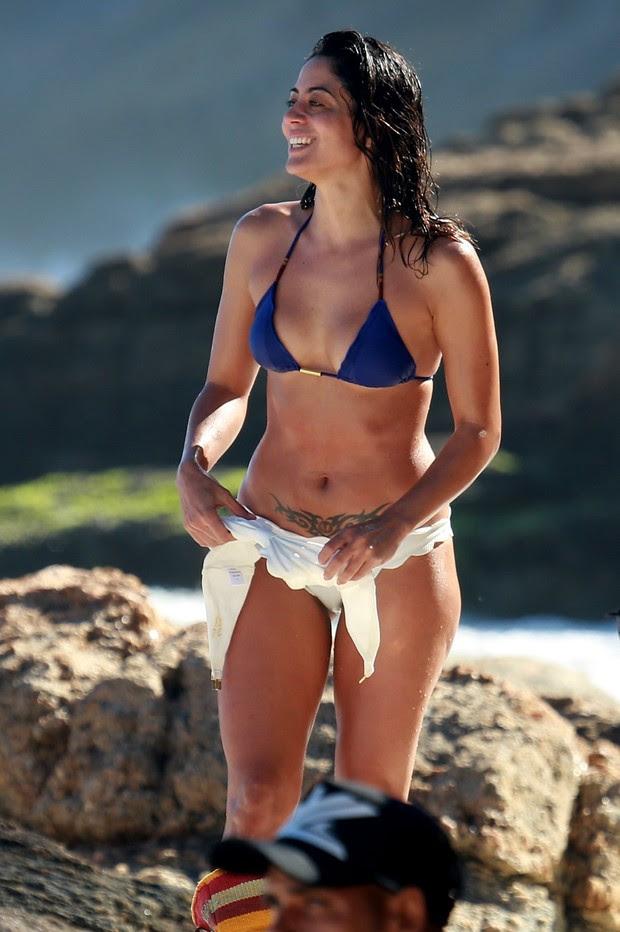 Carol Castro na praia da Joatinga  (Foto: Dilson Silva / Agnews)