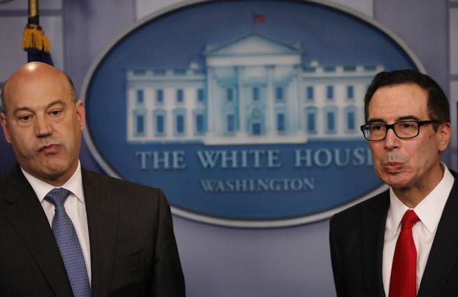 El principal asesor económico de Trump, Gary Cohn, y el secretario del Tesoro, Steven Mnuchin, durante la presentación del plan en la Casa Blanca