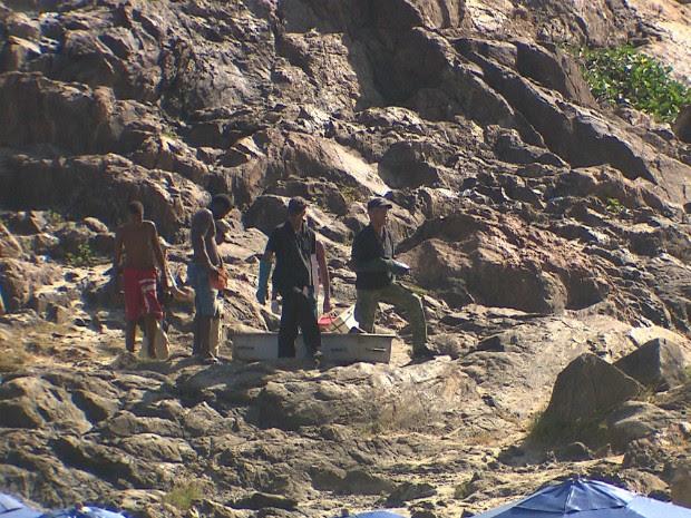 Perícia faz remoção do corpo do pescador, no Farol da Barra (Foto: Reprodução/TV Bahia)