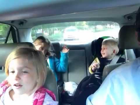 video que muestra a un padre y sus hijos cantando
